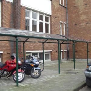 BOzARC arrondi, parking deux roues, structure vert foncé, toiture transparente.
