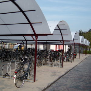 BOzARC arrondi, parking à vélos, toiture opaline, structure aluminium rouge.