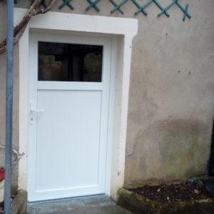 Porte de service en PVC blanc, un vantail, partie haute vitrée.